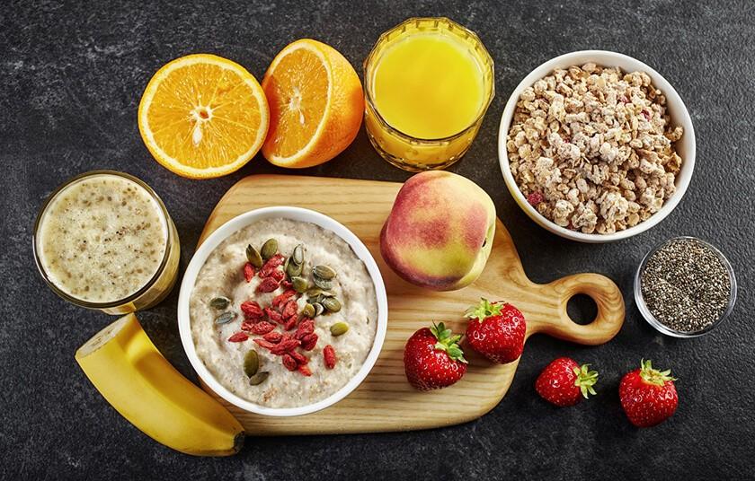 Завтрак с овсянкой и фруктами